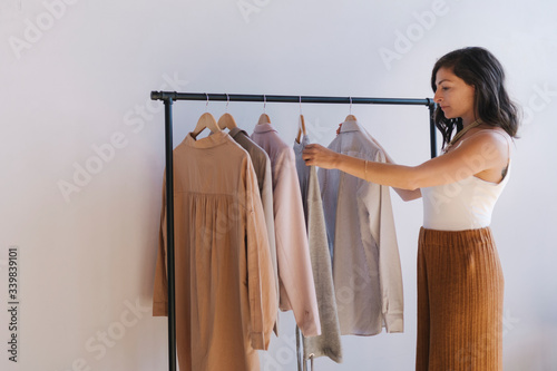 Foto Woman selecting clothes