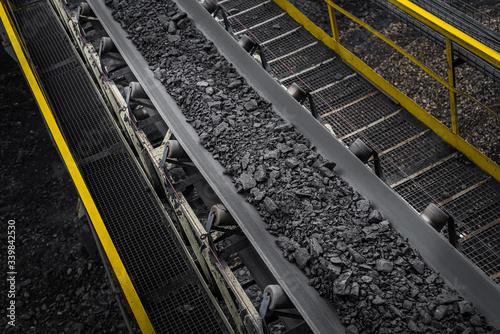 Fotografiet opencast mine - belt conveyor - coal, stones - transport