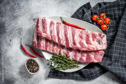 Fotografía Fresh raw pork ribs with spices and herbs