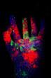dłoń  proszek fluorescencyjny kolorowa ręka