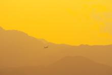 夕暮の中を飛行するC-1...