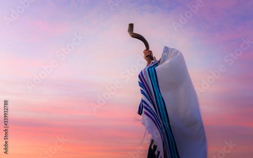 Blowing the Shofar - man in a tallith, Jewish prayer shawl is blowing the shofar Fototapete