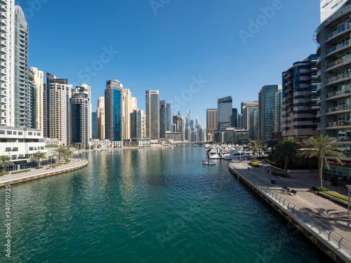 Photo DUBAI, UAE - February 2020: Modern buildings in Dubai Marina, Dubai, UAE
