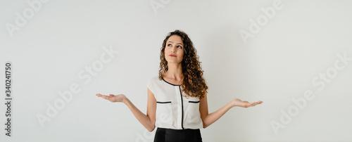 Photo Mujer joven europea elegante con las dos manos en el aire, tomando una decisión