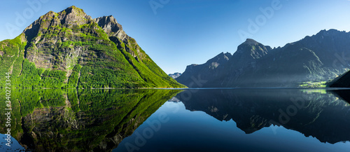 Obraz Blick auf den Hjørundfjord in Norwegen, Skandianvien - fototapety do salonu
