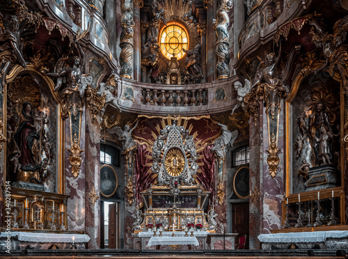 Close view of ornate altar facade of Baroque church Asamkirche in Munich, German Fototapete