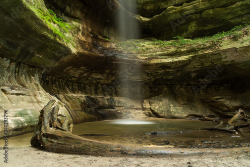 Waterfall From Cliff At Starved Rock State Park - fototapety na wymiar