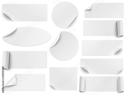 Fotomural Set of vector white paper stickers of different shapes with curled corners isolated on white background