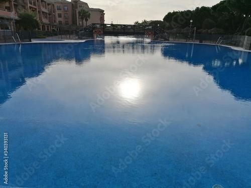 Photo Vista de la piscina en un día hermosa con cielo azul en España
