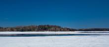 Glace Qui Fond Sur Un Grand Lac Au Québec, Canada