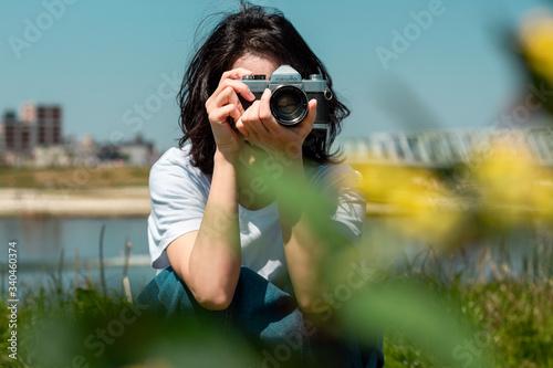 Fototapeta 写真を撮る女性 obraz