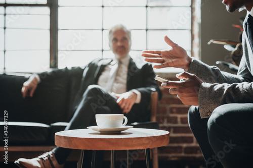 Foto Businessmen in a casual discussion