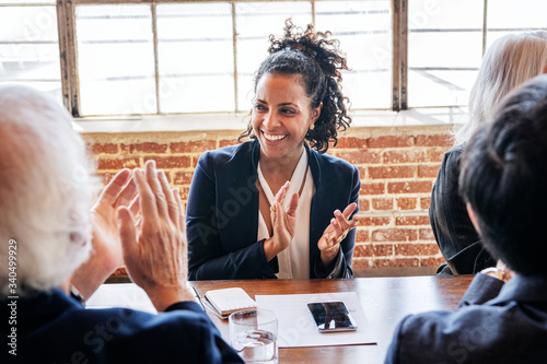 Photo Business people clapping in the meeting