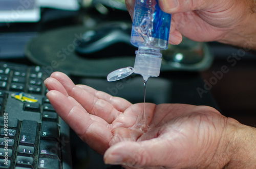 Prevención desinfección de manos con Alcohol en gel Canvas Print