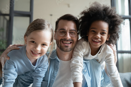 Photo Portrait of overjoyed young Caucasian father have fun with excited little multir