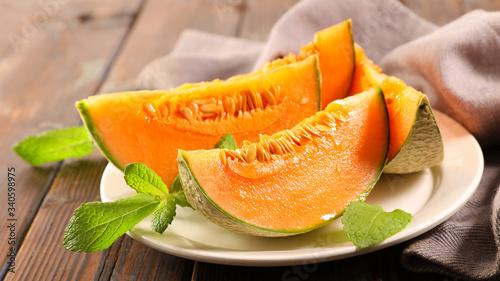 Cuadros en Lienzo melon slice and mint leaf on plate
