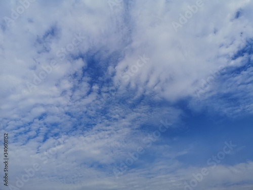 Photo Altostratus white clouds in the blue sky natural background beautiful nature env