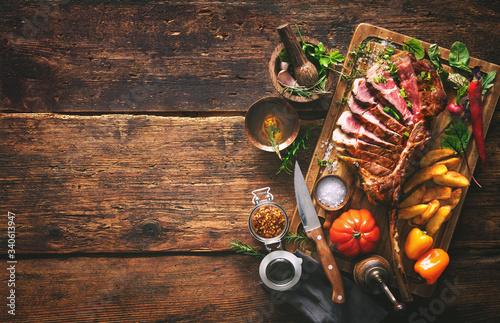grillowane-mieso-pokrojony-stek-wolowy-tom