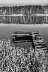 Drewniany pomost nad jeziorem b&w