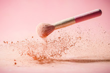 Make Up Brushes With Powder Sp...