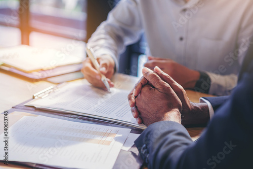 Fotografía businessman reading documents at meeting, business partner considering contract