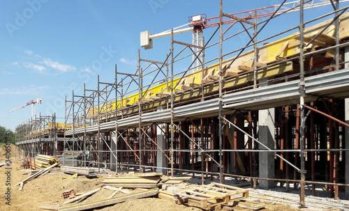 Photo Lavori in corso nel cantiere edile in primavera - ripresa delle attività