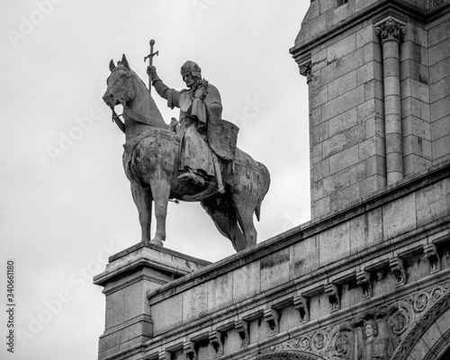 Fotografía Greyscale shot of the statue of Louis IX on The Basilica of the Sacred Heart of