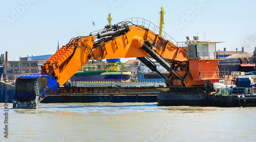 Valokuva Ship with working excavator on board