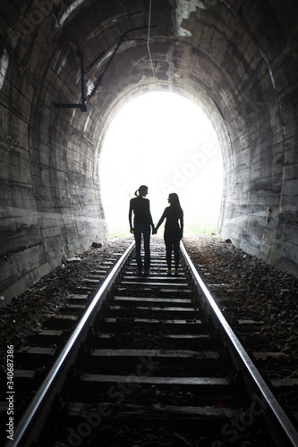 Fotografia Rear View Of Female Friends Holding Hands While Standing On Railroad Track In Tu