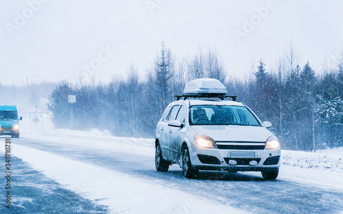 Valokuva Car with roof rack and winter snowy road at Rovaniemi reflex