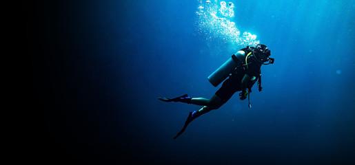 Ronjenje žene u natpisu dubokog plavog mora na crnoj pozadini