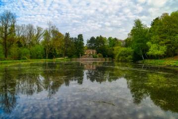 Fototapeta na wymiar Historisches Monument und Teich im Stadtwald von Wittringen in Gladbeck