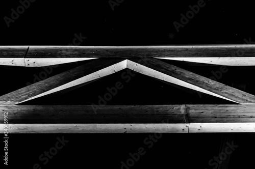Obraz element architektury drewniane oświetlony nocą - fototapety do salonu