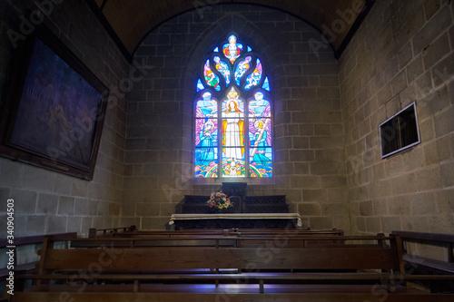 Vászonkép Eglise , salle de prière et vitraux colorés .