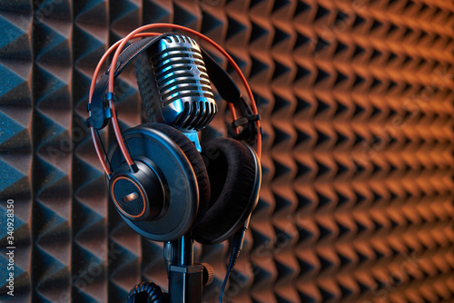 Photographie Studio condenser microphone with professional headphones acoustic panel