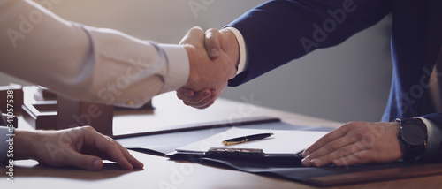 Fotomural Male lawyer shaking hands with client in office, closeup