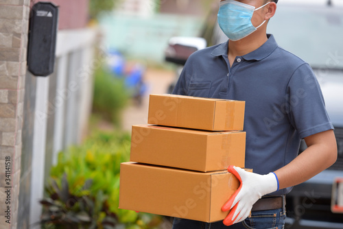 Photo The delivery staff put on a protective mask of the Covid 19 virus