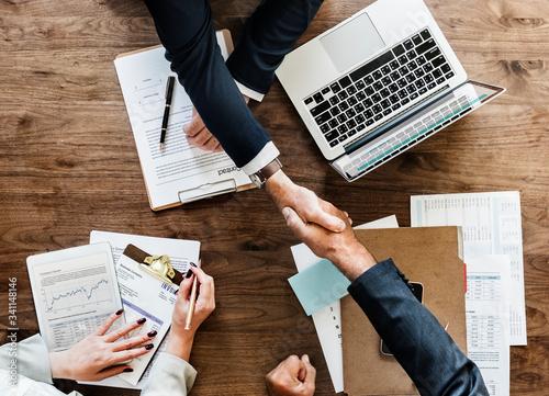 Carta da parati Business people shaking hands together