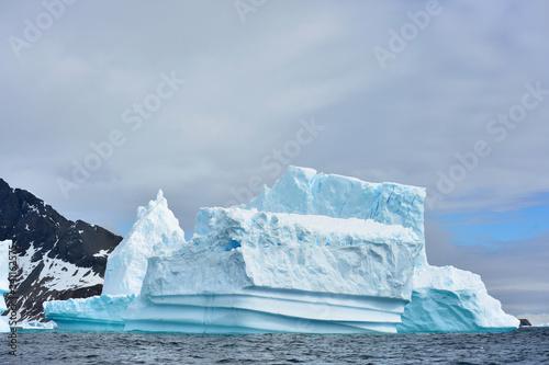 Photo iceberg in antarctica aground near cost line