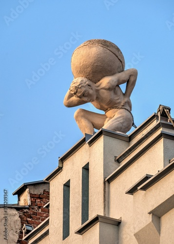 Photo Statue of Atlas on the roof of the building in Plovdiv, Bulgaria