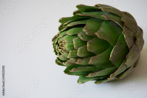 Photo Green artichoke on a grey/white background, fresh organic artichoke head flower