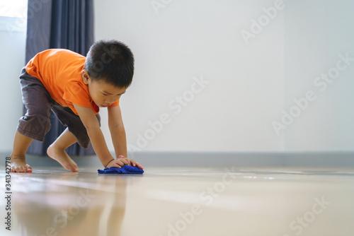 Fotografia Asian boy doing chore