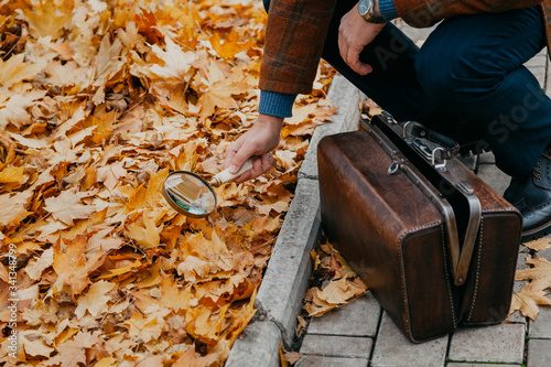 Fotografía Big round magnifier on long handle in hand of naturalist