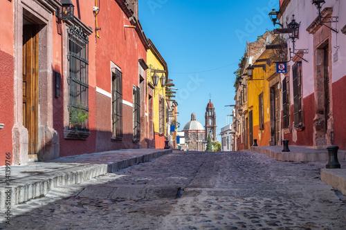 Fototapeta premium Kolorowa ulica San Miguel de Allende, kolonialne miasto w Meksyku. Światowego Dziedzictwa UNESCO.