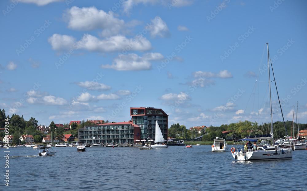 Fototapeta .Mazury żaglówka błękitne niebo jezioro