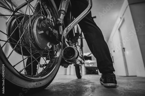 perspectiva de roda traseira de moto antiga na garagem Wallpaper Mural