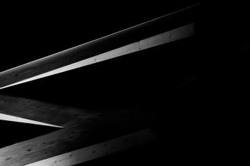 drewniana konstrukcja dachu, czarno białe w nocy, oświetlone abstarkacyjne spojrzenie
