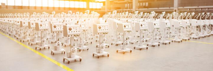 Beatmungsgeräte und Respiratoren in Lager einer Fabrik
