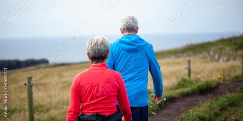 Pareja de jubilados paseando por el campo Canvas Print