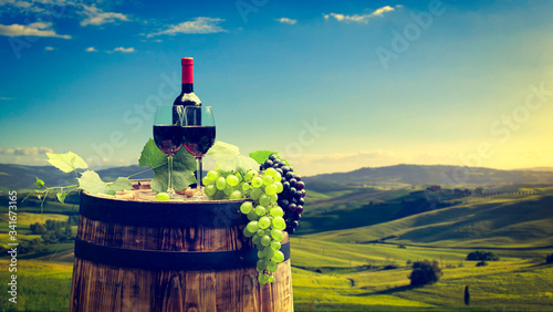 Foto Red wine with barrel on vineyard in Chianti, Tuscany, Italy
